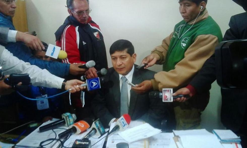 El presidente del TDE Rodolfo Vera explica error en carilla.