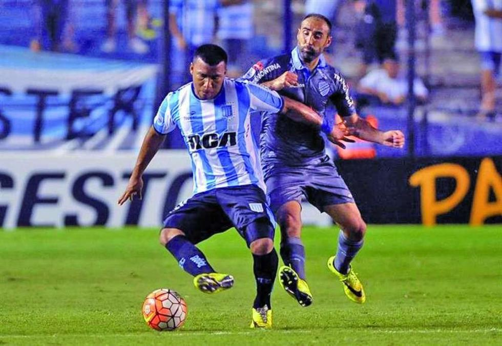 El jugador Roger Bayker Martinez (i) de Racing Club disputa el balón con José Luis Capdevilla (d).