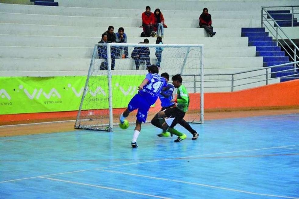 El goleador del partido, Luis Alfredo Loredo, anota su cuarto tanto para Potosí.