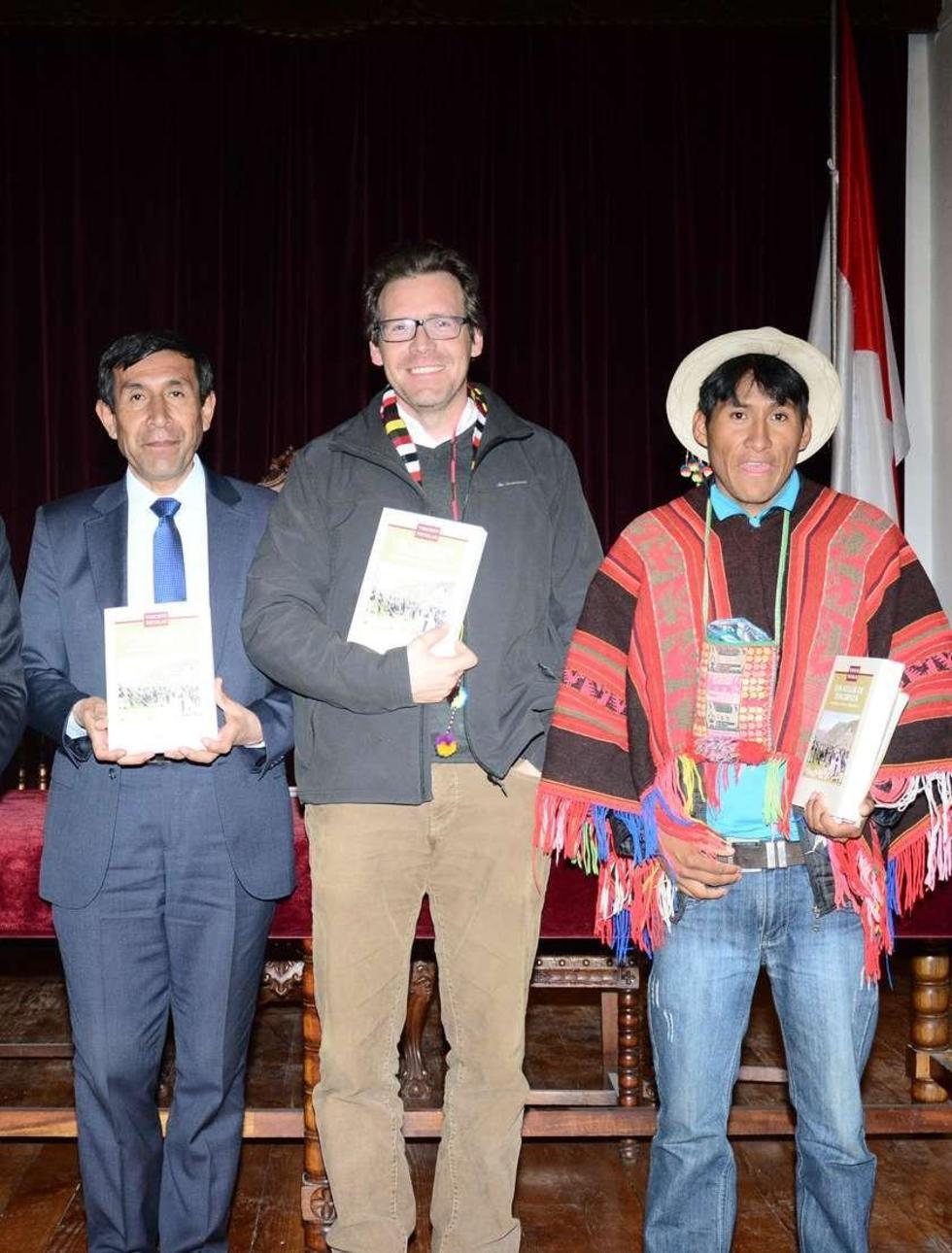 Nicolas (c) con Rubén Ruiz y el representante de Caop, Hilarión Ciprián.