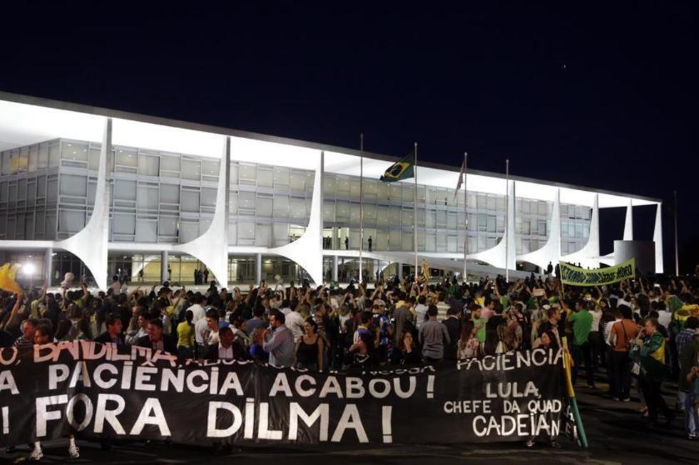 Manifestantes protestan contra el nombramiento del expresidente frente al Palacio de Planalto, en Brasilia.