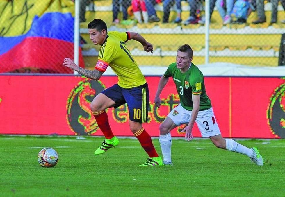 James Rodrigues elude la marca de Alejandro Chumacero.