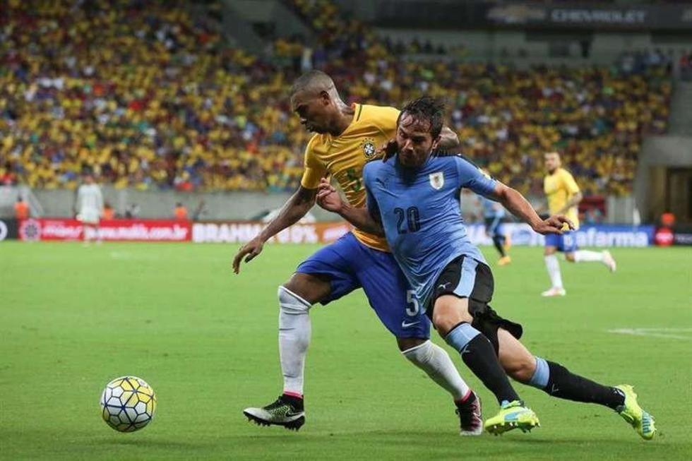 Fernandinho (i) de Brasil disputa el balón con Alvaro Gonzalez (d) de Uruguay.