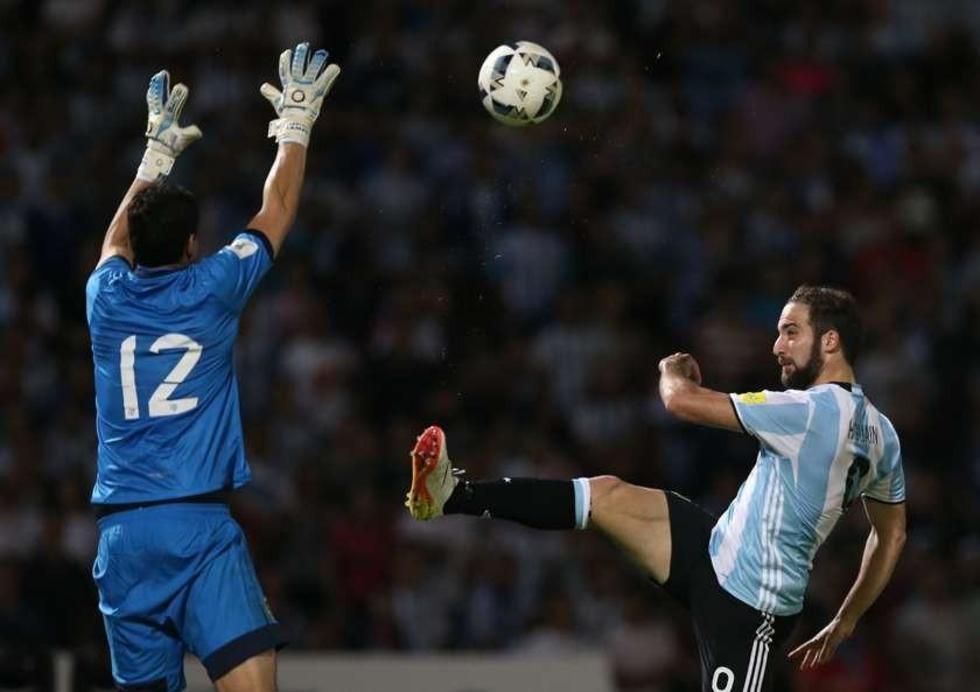 Gonzalo Higuain (d) de Argentina disputa el balón con Carlos Lampe (i).