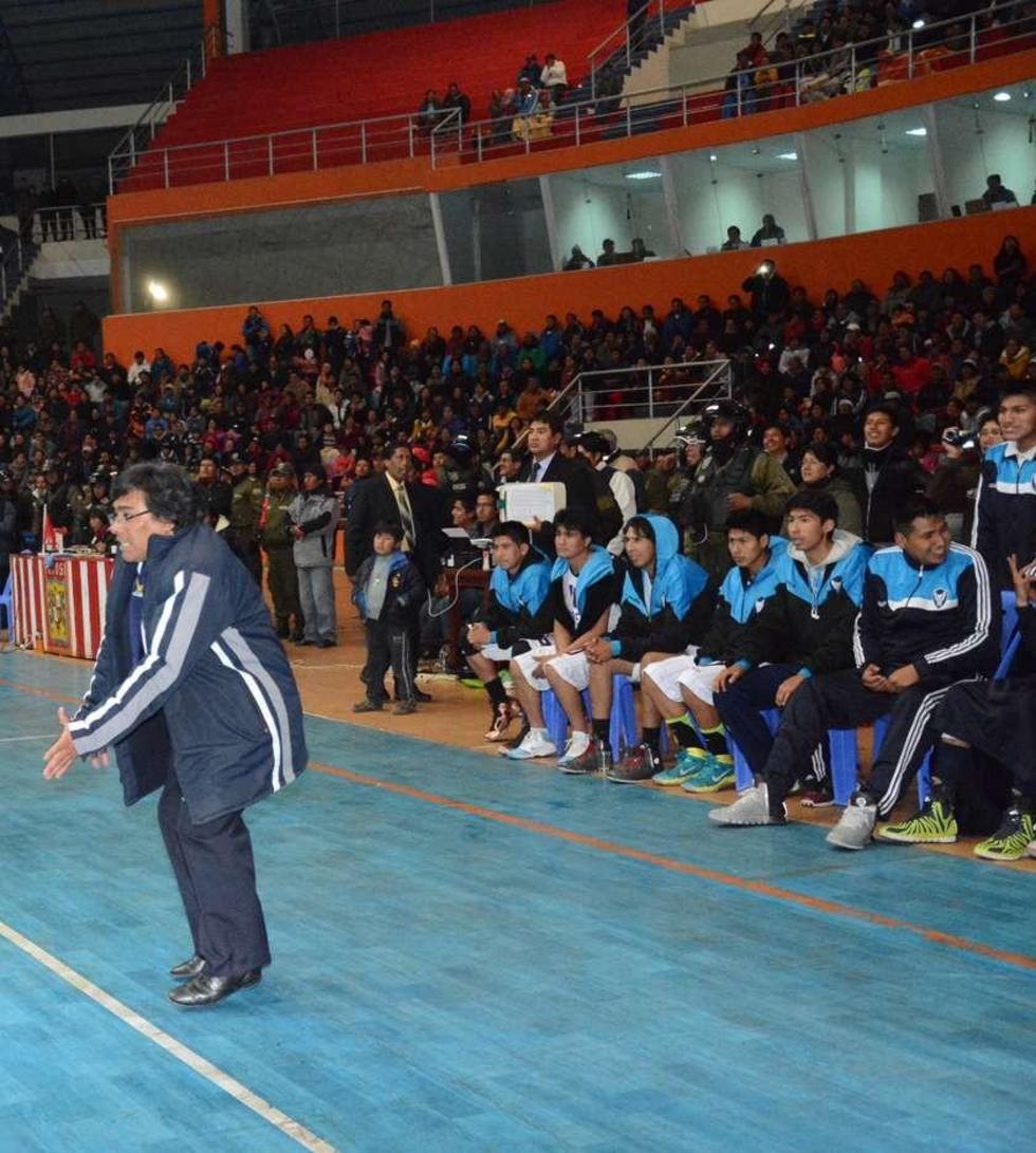 Julio César Berutti (I) junto a los jugadores del equipo potosino.