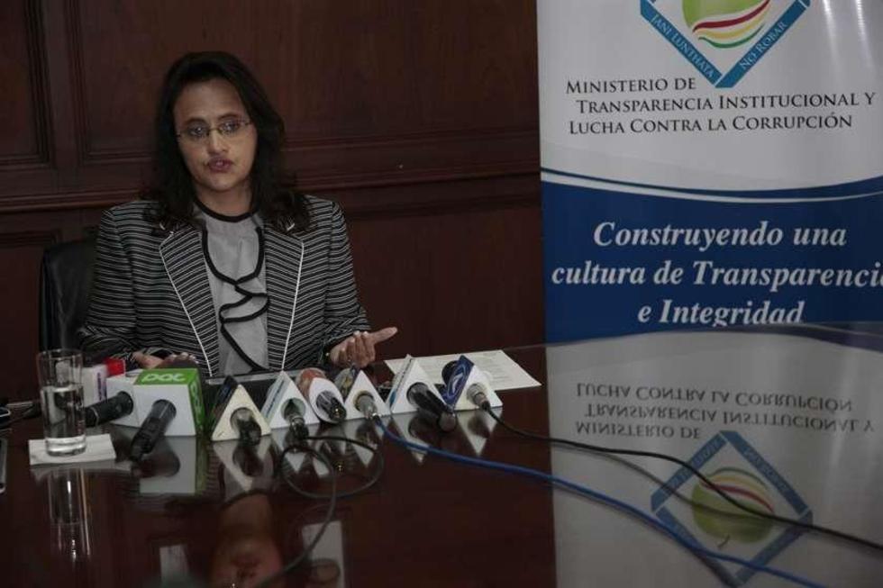 La ministra de Transparencia, Lenny Valdivia, ayer declaró ante los medios de comunicación.