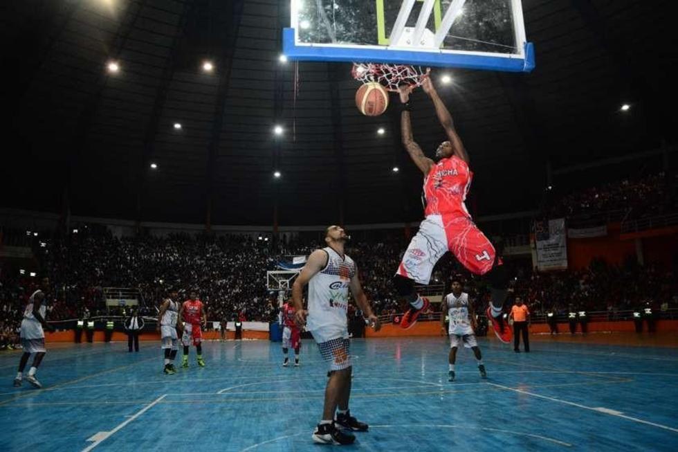 El jugador de la Vieja Casona, Carlos Romero, intenta encestar la pelota.