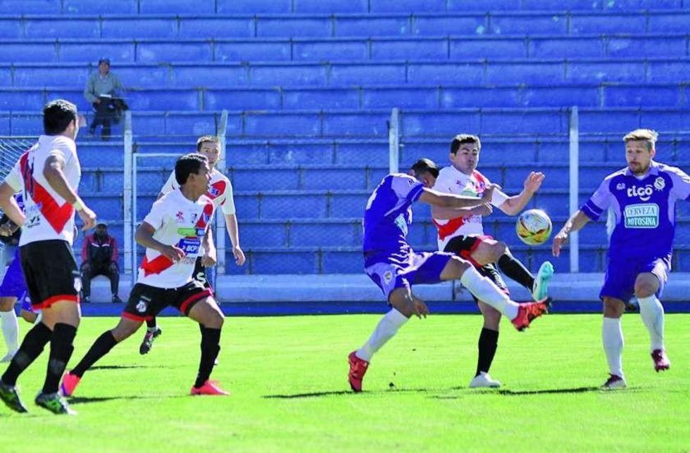 Leoanrdo Toco pelea el balón con Rony Jiménez ante la mirada antenta de Claudio Centurión.