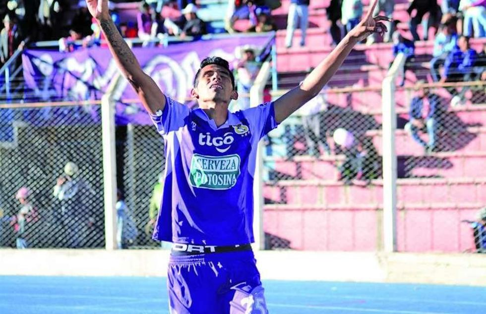 Gilbert Álvarez levanta las manos tras anotar el gol del partido.