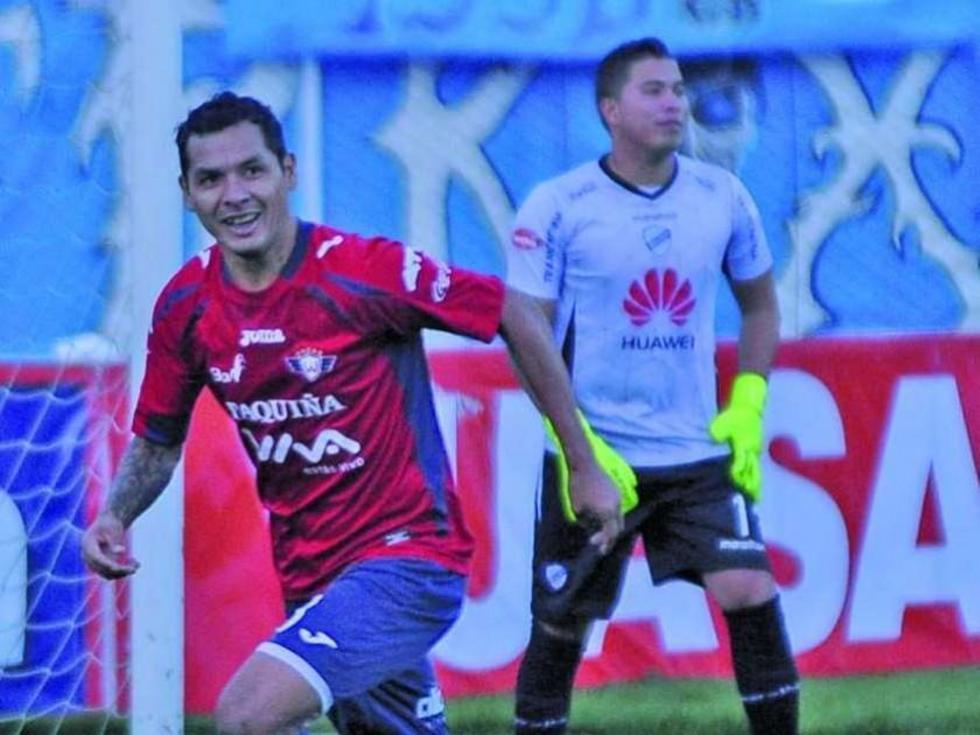 Omar Morales festeja el segundo gol convertido desde los 12 pasos para el cuadro de la Llajta.