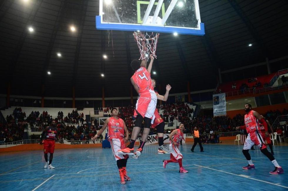 El jugador Carlos Romero, de Pichincha, en pleno lanzamiento.