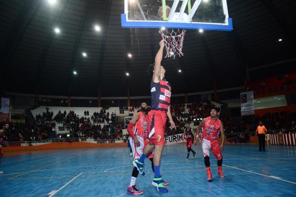 El basquetbolista, Donald Lawes, de Pichincha, tapa a uno de sus rivales.