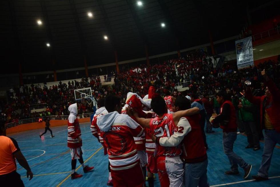 Los jugadores de la Vieja Casona celebran el triunfo.