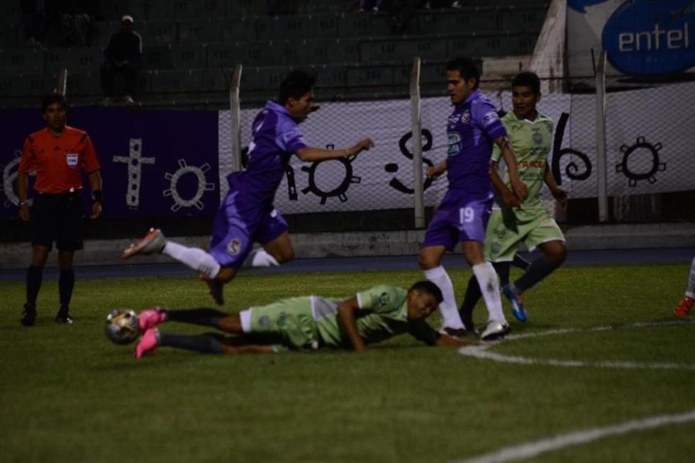 Luis Méndez sale con todo para detener la arremetida de Carlos Mendoza (d).