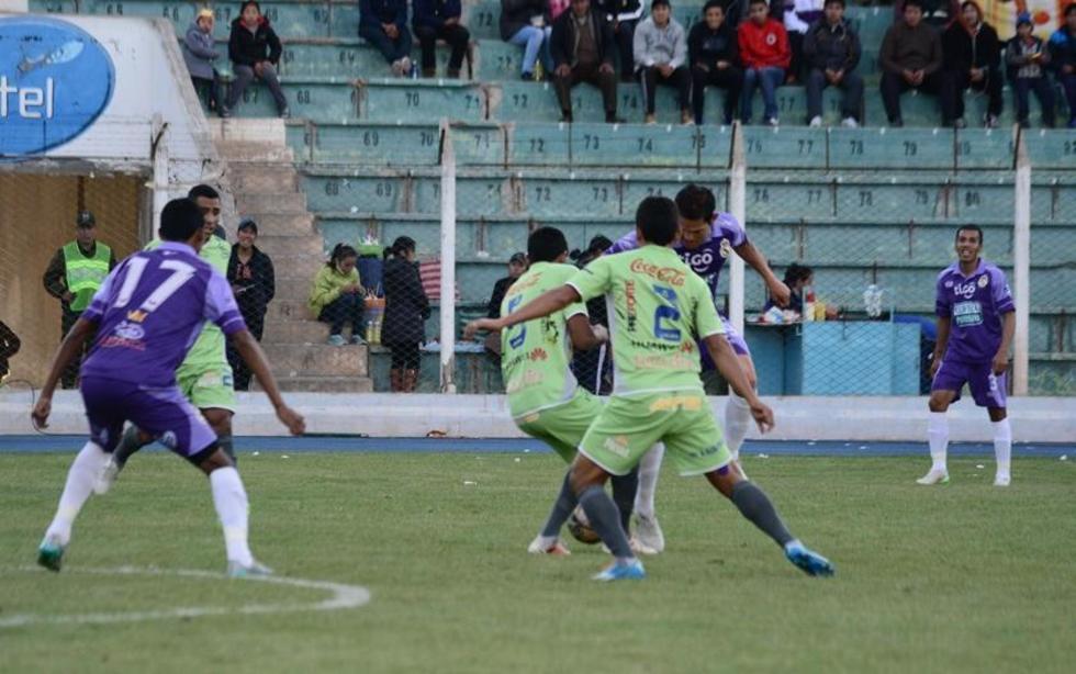 Los zagueros de Sport Boys marcan entre dos al delantero Carlos Vargas.