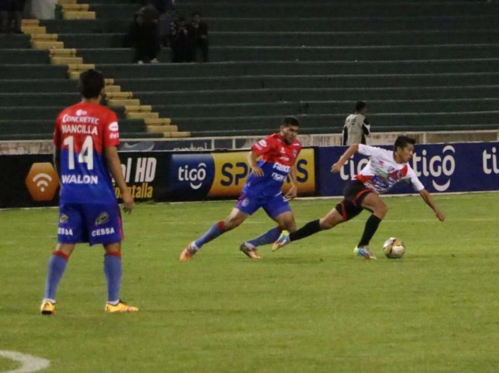 El centrocampista de Nacional, Darwin Lora, se escapa con el balón.