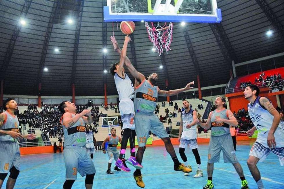 El basquetbolista David Oros, de Calero, intenta encestar la pelota ante la marca de un rival.