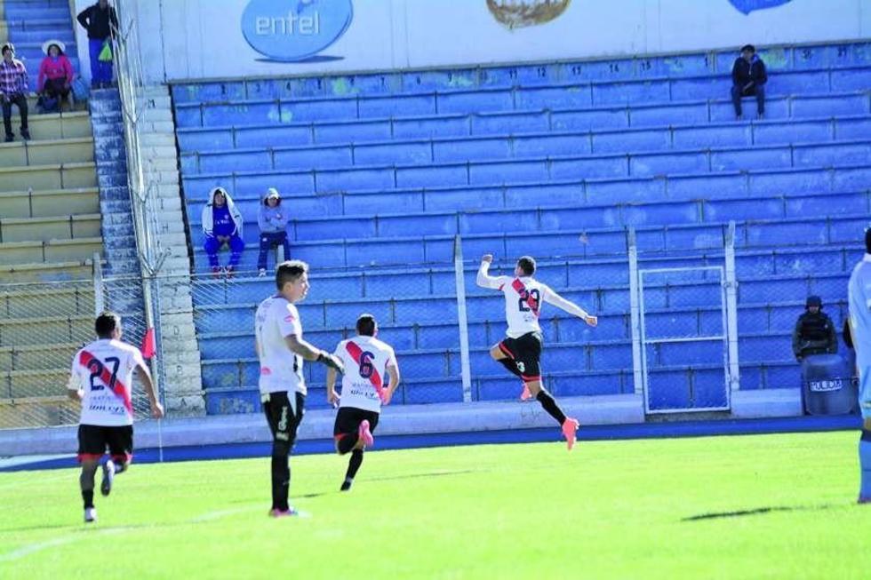 Los jugadores del conjunto potosino festejan el primer gol del encuentro.