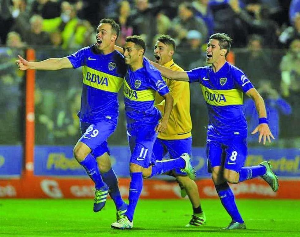 Los jugadores de Boca Juniors festejan su paso a la siguiente ronda.