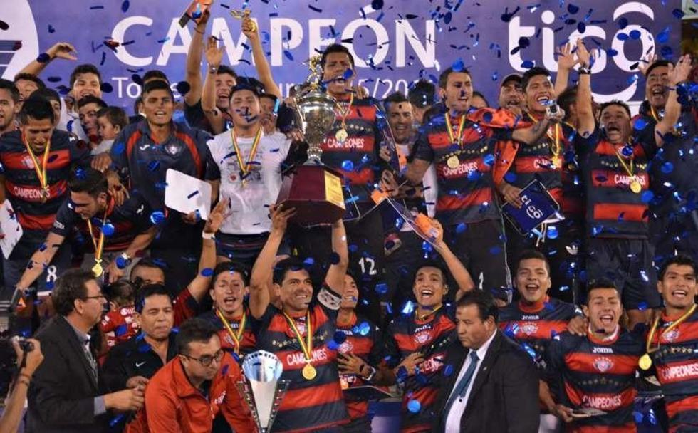 jugadores levantan en alto el trofeo del Clausura.