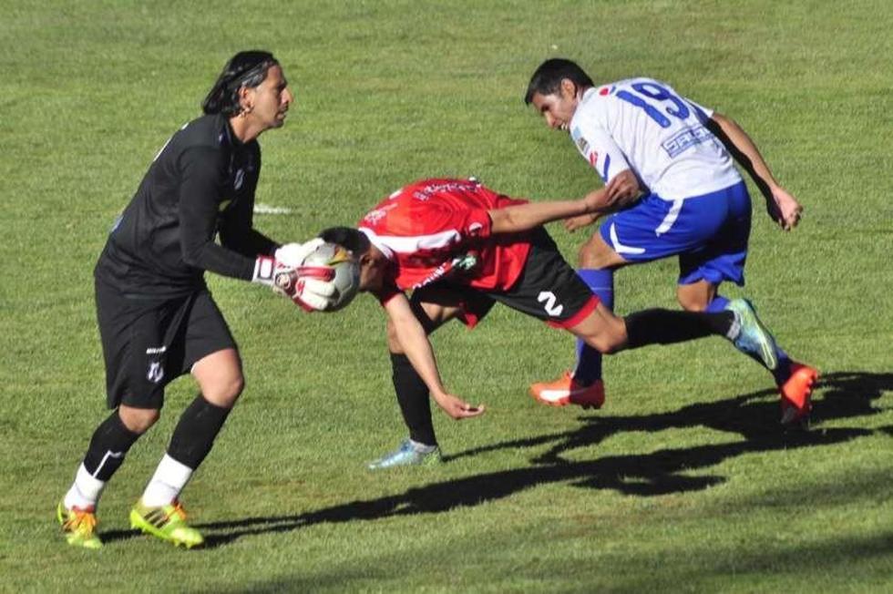 El portero Yadin Salazar, de Nacional, gana el control de la pelota.