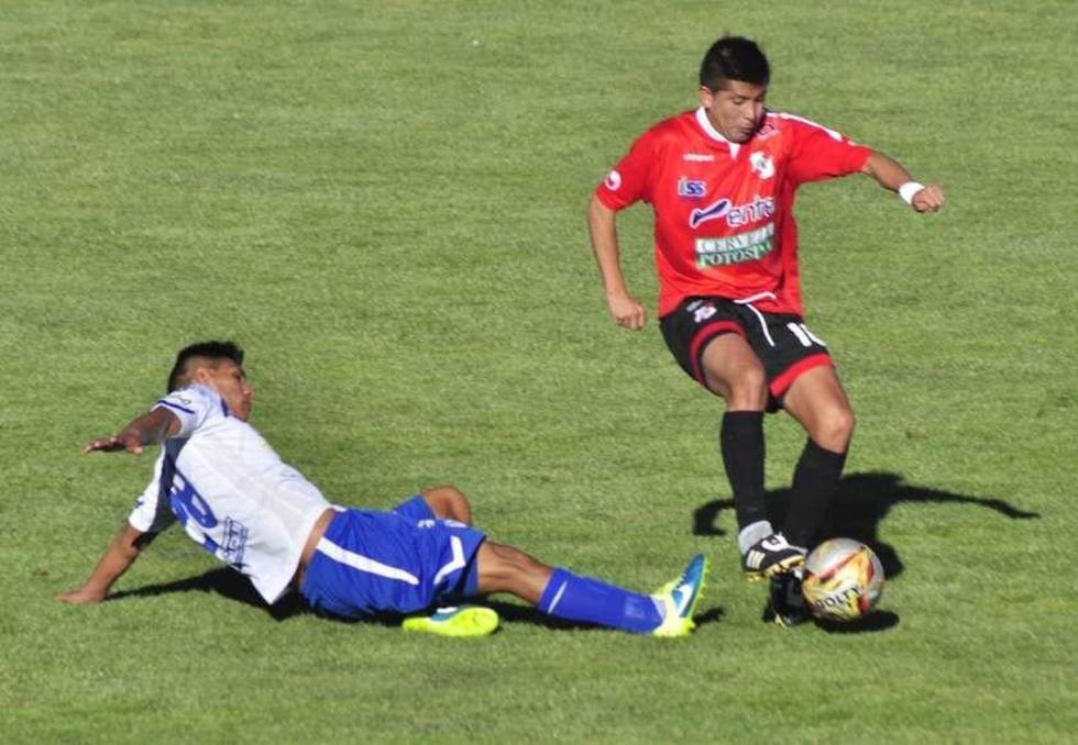 Héctor Calderón, de San José y Darwin Lora, de Nacional, disputan el balón.