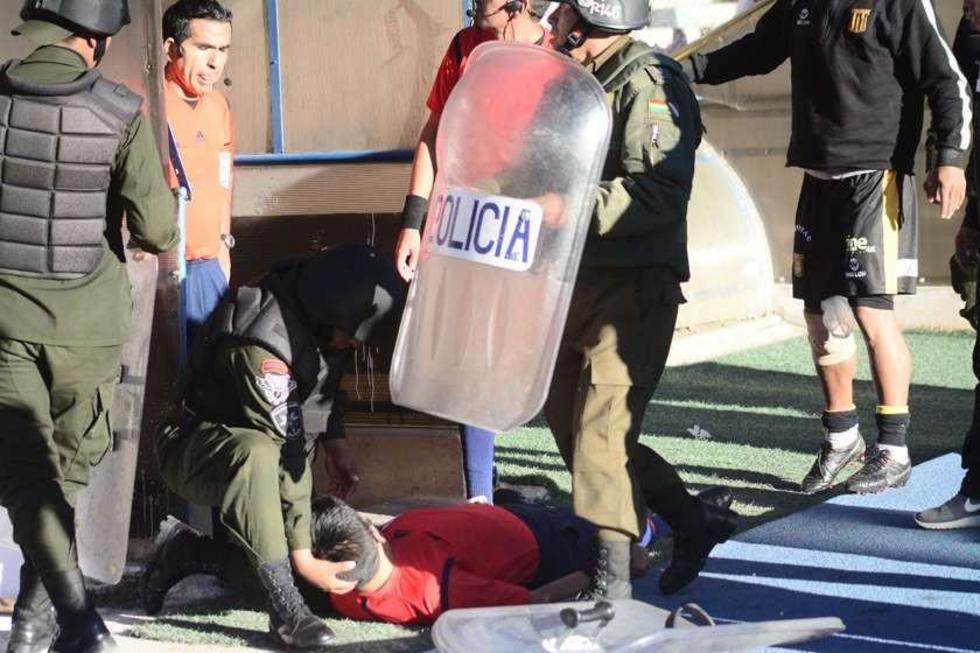El asistente es atendido por un policía.