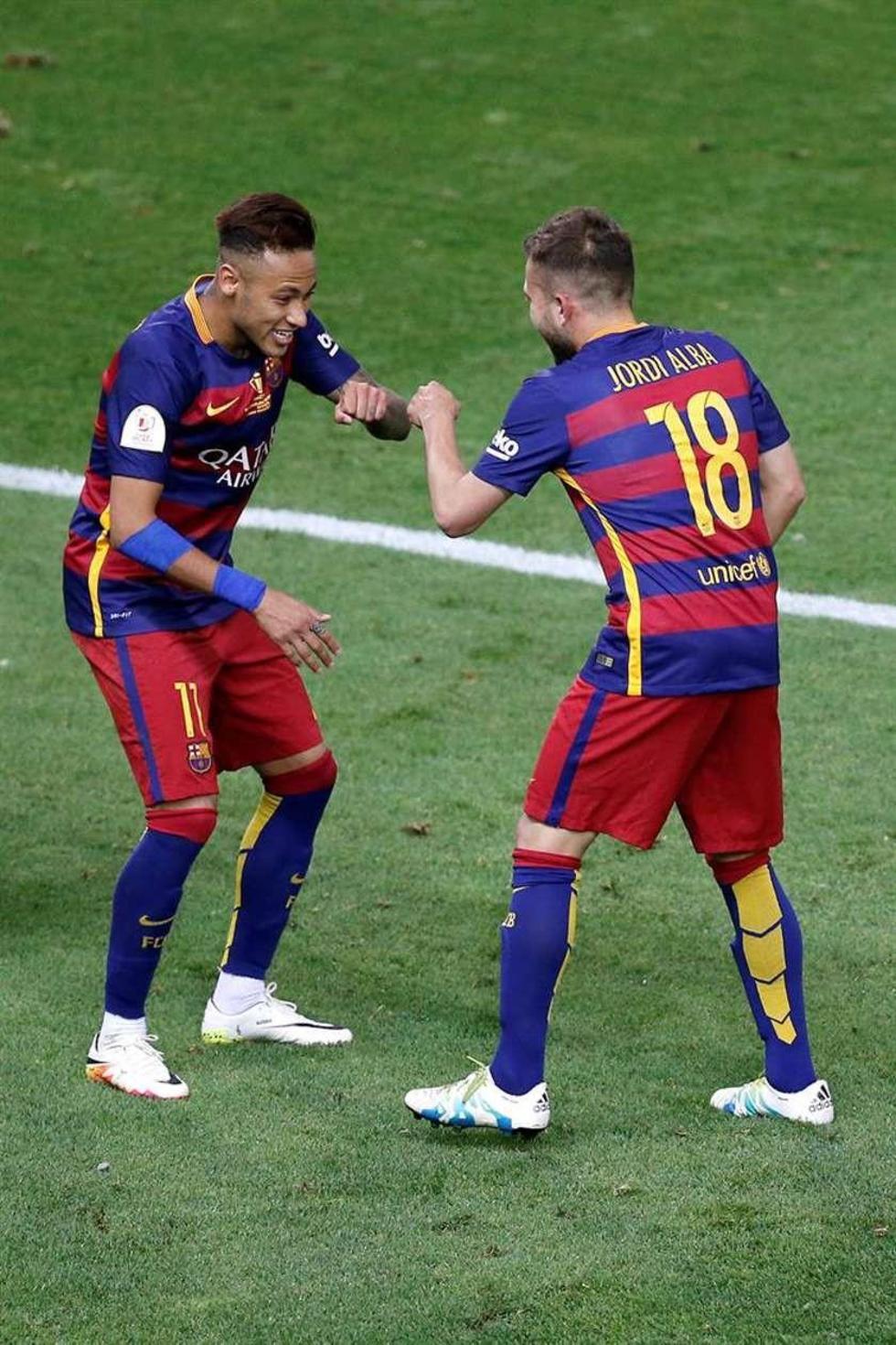 Jordi Alba (d) celebra con Neymar tras marcar su gol.