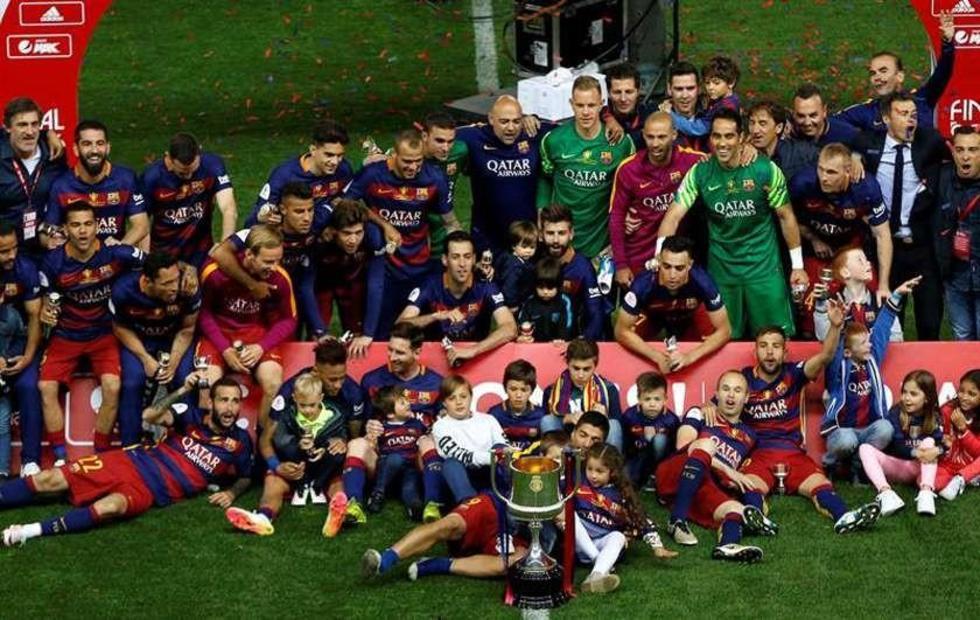 """Los jugadores del Barza posan con el trofeo tras vencer al Sevilla en el estadio """"Vicente Calderón""""."""