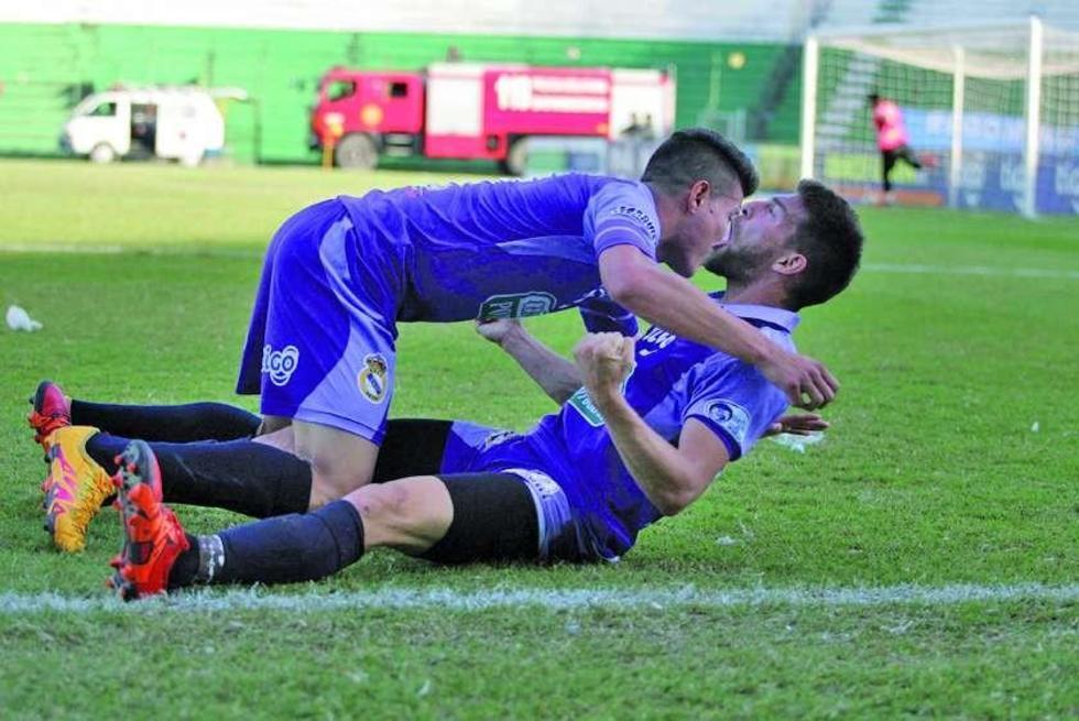 Dennis Pinto y Antonio Rojano (abajo) festejan el gol de la victoria.