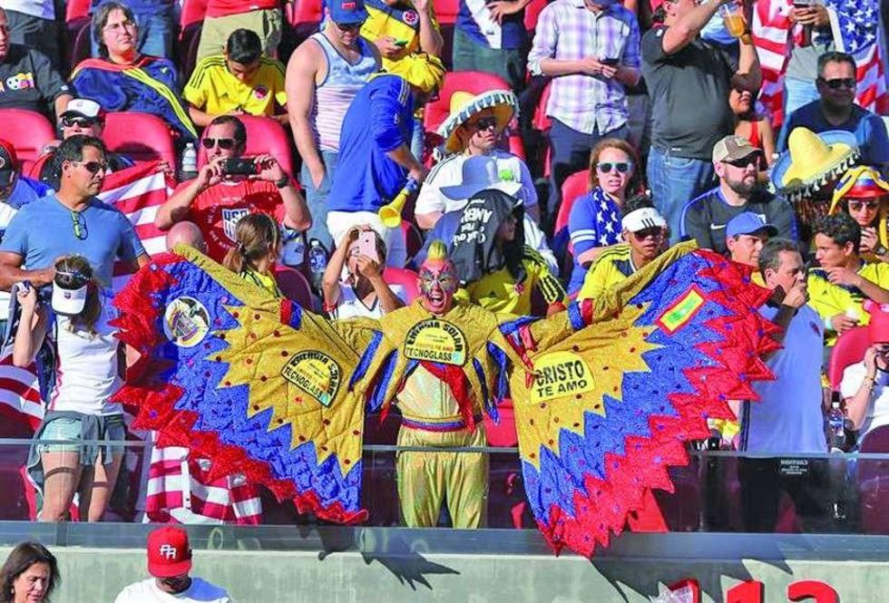 Un aficionado de Colombia alienta a sus selección.
