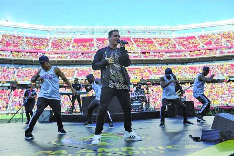 El cantante colombiano J Balbin participa en el acto inaugural de la Copa América Centenario.