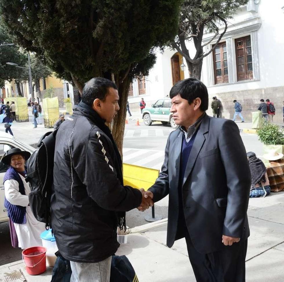 Alejandro Mancilla (i) solicitaba una audiencia al gobernador Juan Carlos Cejas.