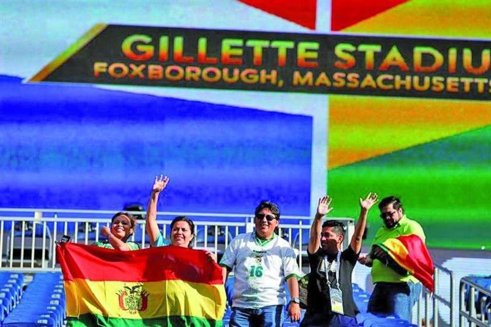 Fanáticos de Bolivia animan a su equipo.