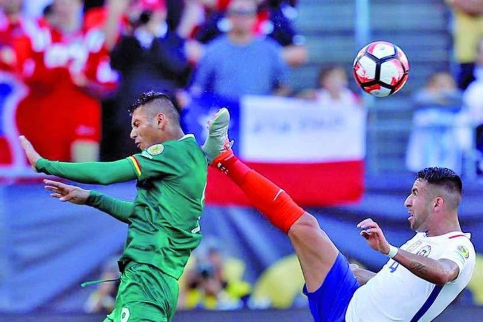 Mauricio Isla (d) de Chile lucha el balón con Yasmani Duk (i).