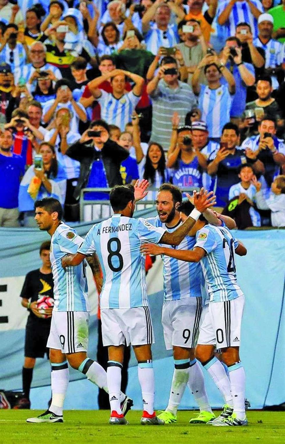 Los argentinos celebran tras anotar el tercer gol de su equipo
