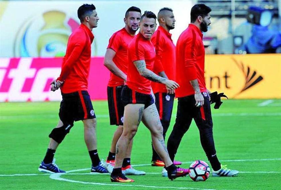 Los jugadores de Chile Eduardo Vargas (frente) y Arturo Vidal.