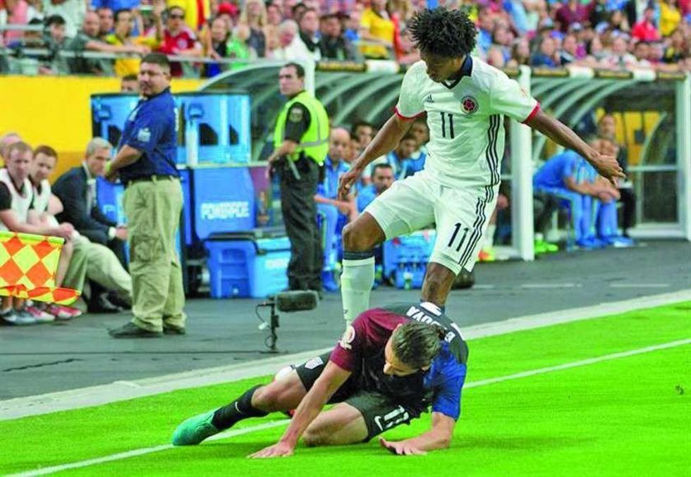 Juan Cuadrado (de pie) de Colombia disputa un balón con Alejandro Bedoya,  de EE.UU.