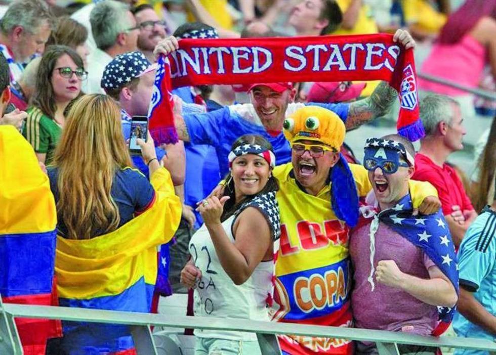 Fanáticos de Colombia y EE.UU. posan antes del partido.
