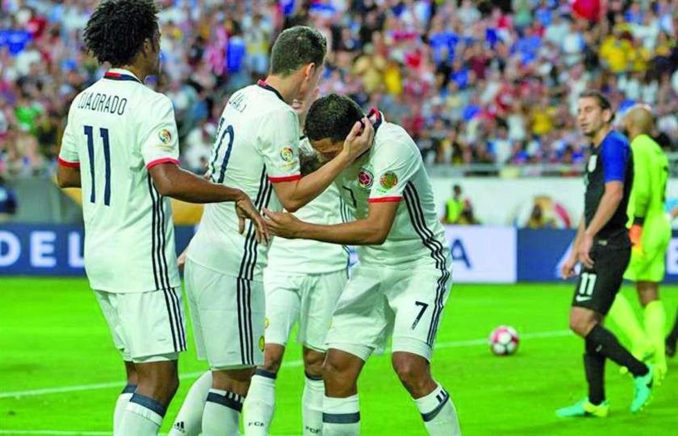 De izq. a der. Juan Cuadrado, James Rodriguez y Carlos Bacca de Colombia celebran el gol.