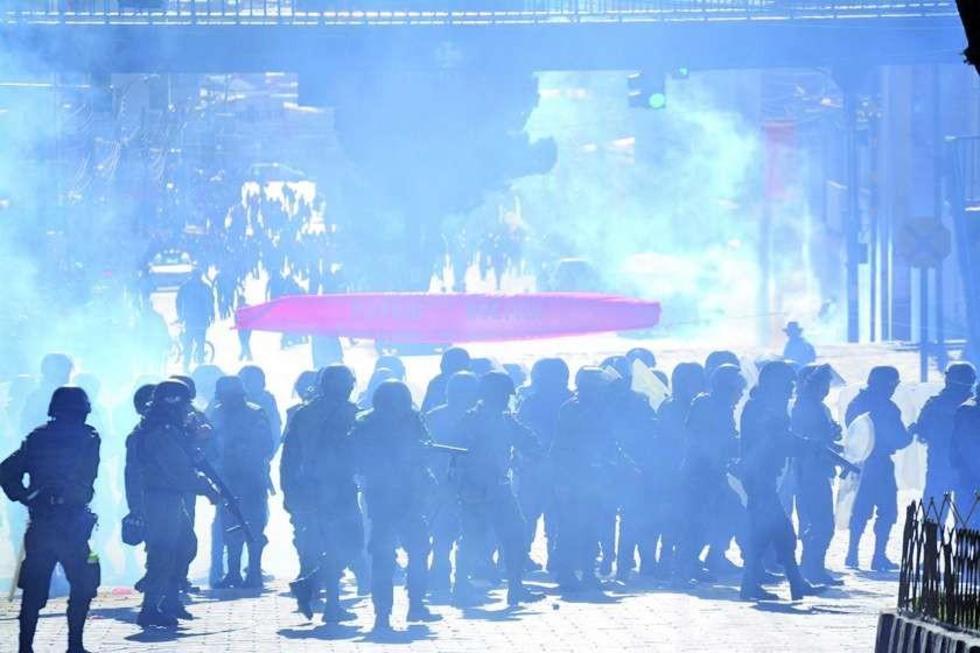 Los gases fueron lanzados contra bloqueadores y transeúntes.