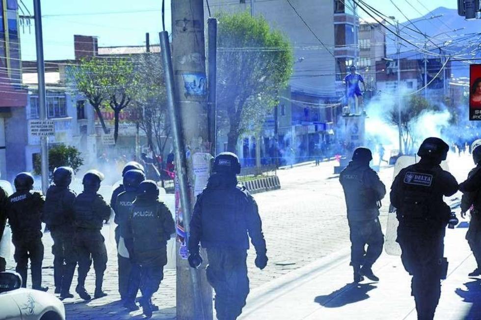 Los policías utilizaron agentes químicos contra los que bloqueaban a la altura de la pasarela. Una funcionaria municipal