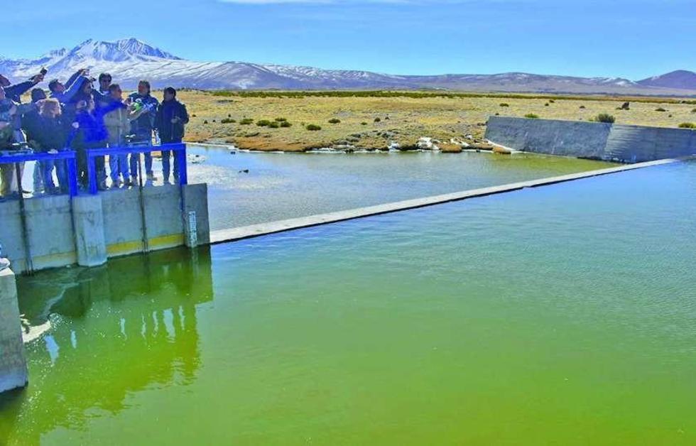La delegación boliviana comprueba el desvío de las aguas del río.