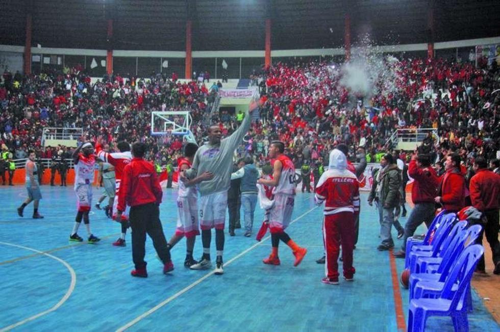 Los jugadores de la Vieja Casona celebran su pase a las semifinales.