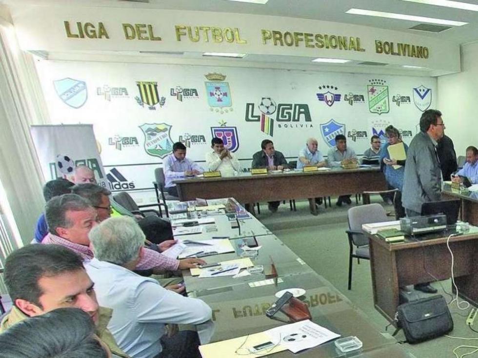 Los delegados de los 12 clubes que son aprte de la Liga del Fútbol Profesional Boliviano..