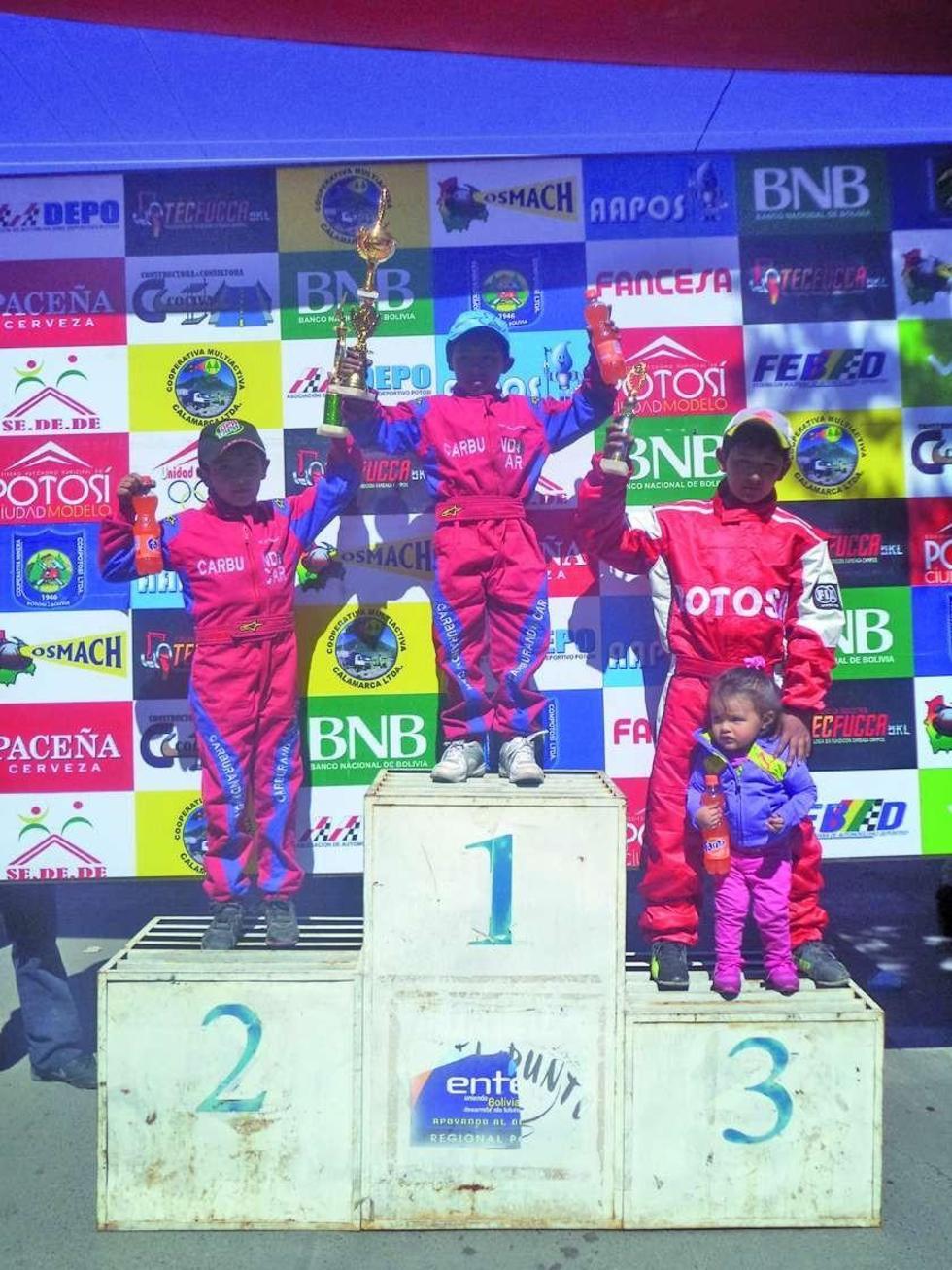 Luis J. Sandoval, Israel Sandoval y Mauricio Sandoval en el podio de ganadores.