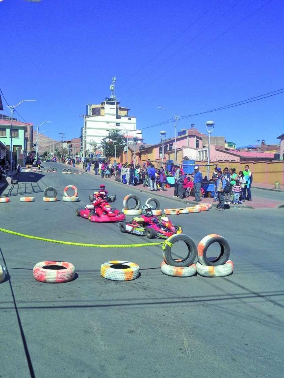 Los pilotos de la categoría 6.5 HP Infantil en plena competencia.