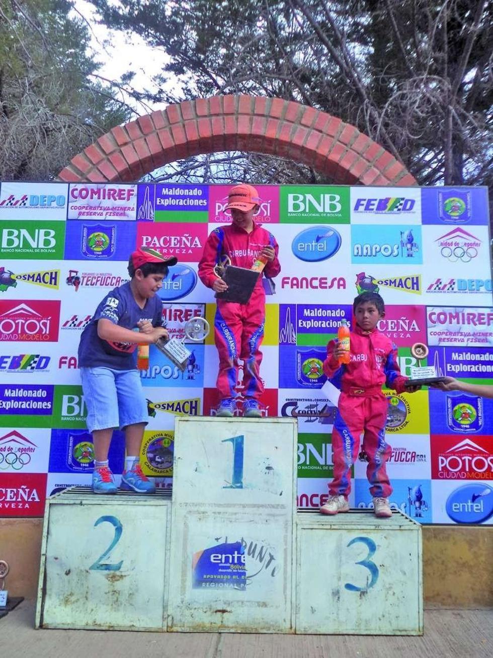Raúl Sandoval, Joaquín Sandoval e Israel Sandoval, en el podio de ganadores.