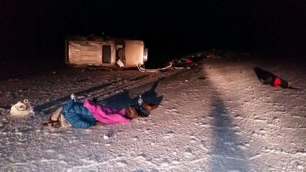 Un cuerpo sin vida yace cerca del vehículo siniestrado.