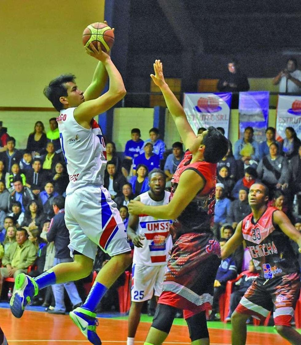 Cristian Camargo, de San Simón, trata de encestar el balón ante la marca de René Calvo, de Pichincha.